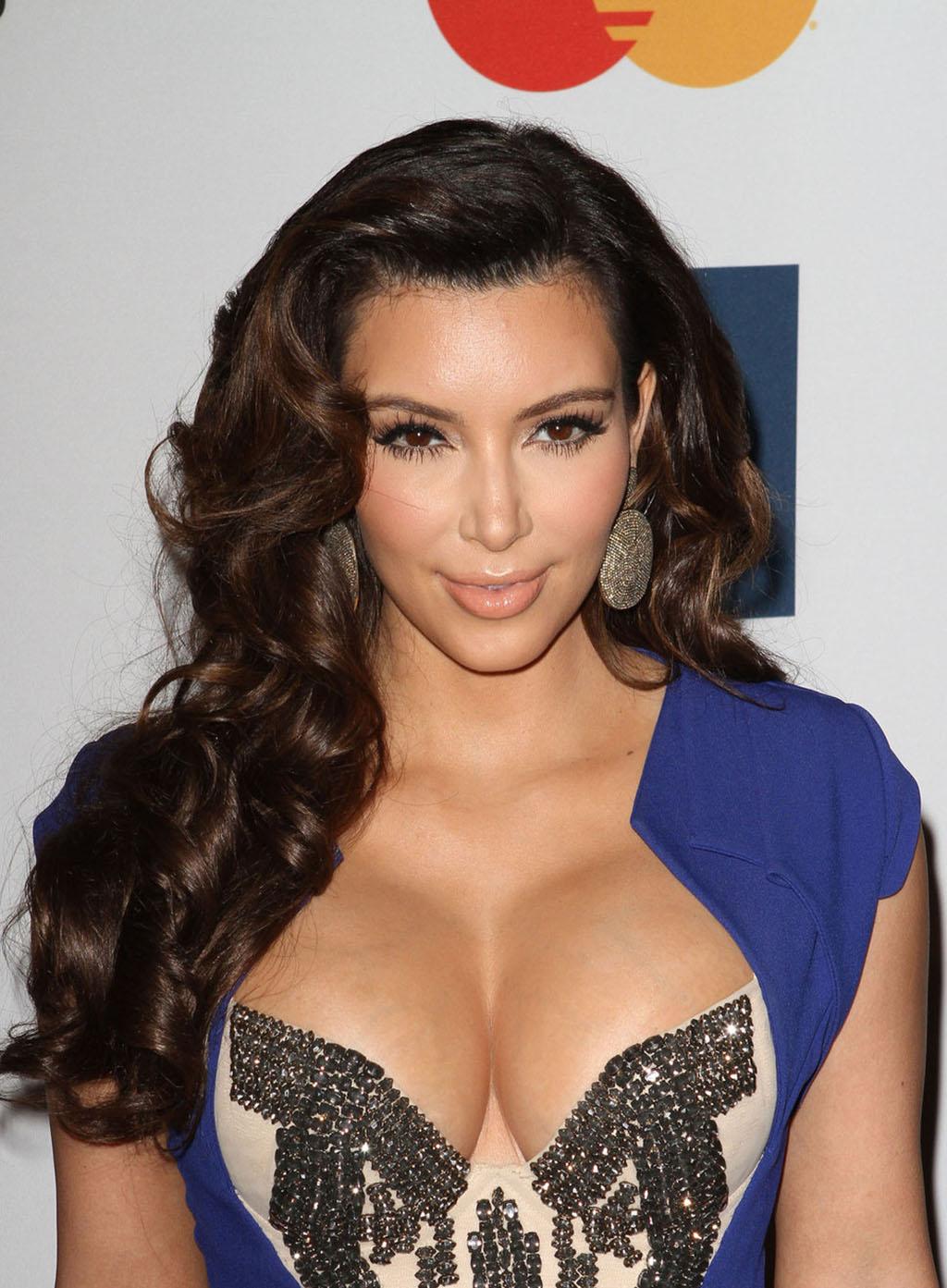 kim_kardashian_blue_dress-decolte1024